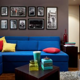 Oreillers lumineux sur un canapé bleu