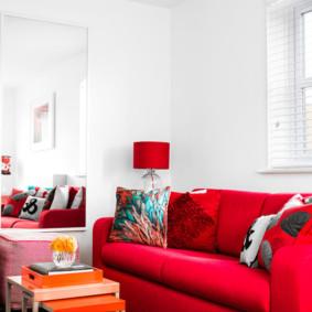 Sofa đỏ trong phòng trắng