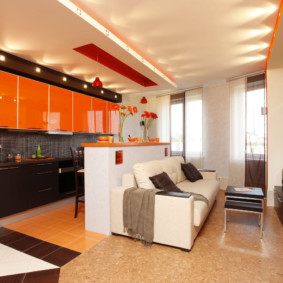 Portes orange sur armoires suspendues