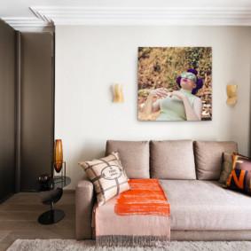Rideaux bruns dans une chambre avec un canapé pliant