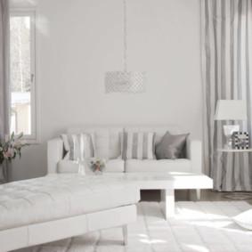 Rideaux à rayures dans une chambre avec un canapé