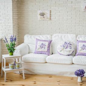 Một chiếc ghế sofa nhỏ gần bức tường gạch