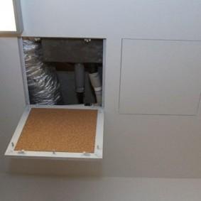 Trappe maison dans la salle de bain avec couvercle en plaque de plâtre