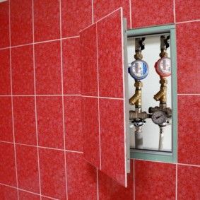 Comptoirs dans un placard caché dans les toilettes