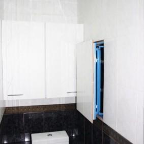 Poussez la trappe dans le mur des toilettes