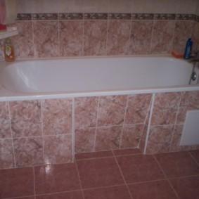 Face à la baignoire avec des carreaux de céramique sur le cadre