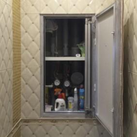 Étagères pratiques à l'intérieur d'une armoire cachée