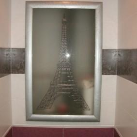 Porte en verre d'une armoire cachée dans le mur des toilettes