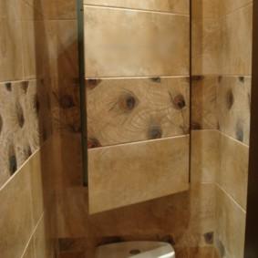 Porte étroite sur le mur dans les toilettes