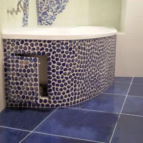 Petite porte d'accès à la baignoire d'angle