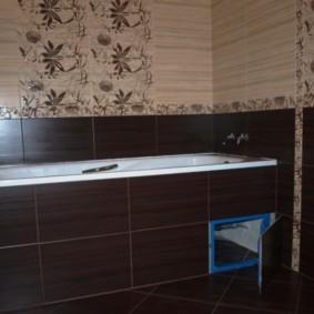 Carrelage marron dans la salle de bain de Khrouchtchev