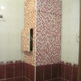 Boîte dans le coin de la salle de bain pour les services publics