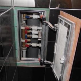 Communications de plomberie dans une niche de mur de salle de bain