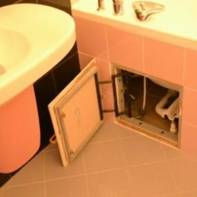 Pose diagonale de carreaux sur le sol de la salle de bain