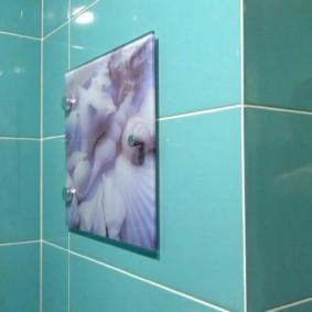Trappe aérienne avec impression photo sur le mur de la salle de bain