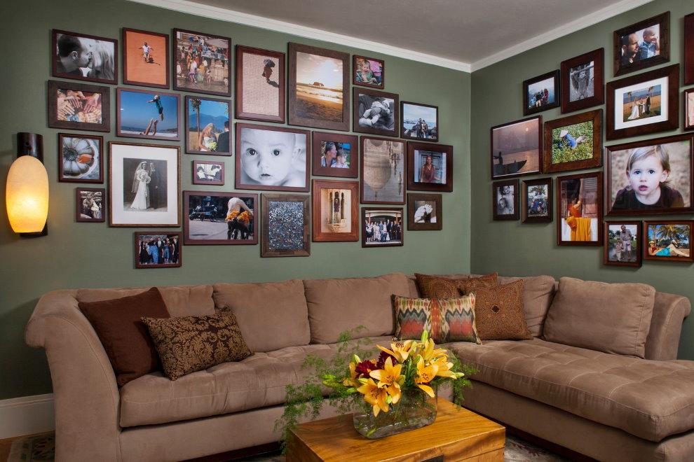 Photos de famille à l'intérieur du salon