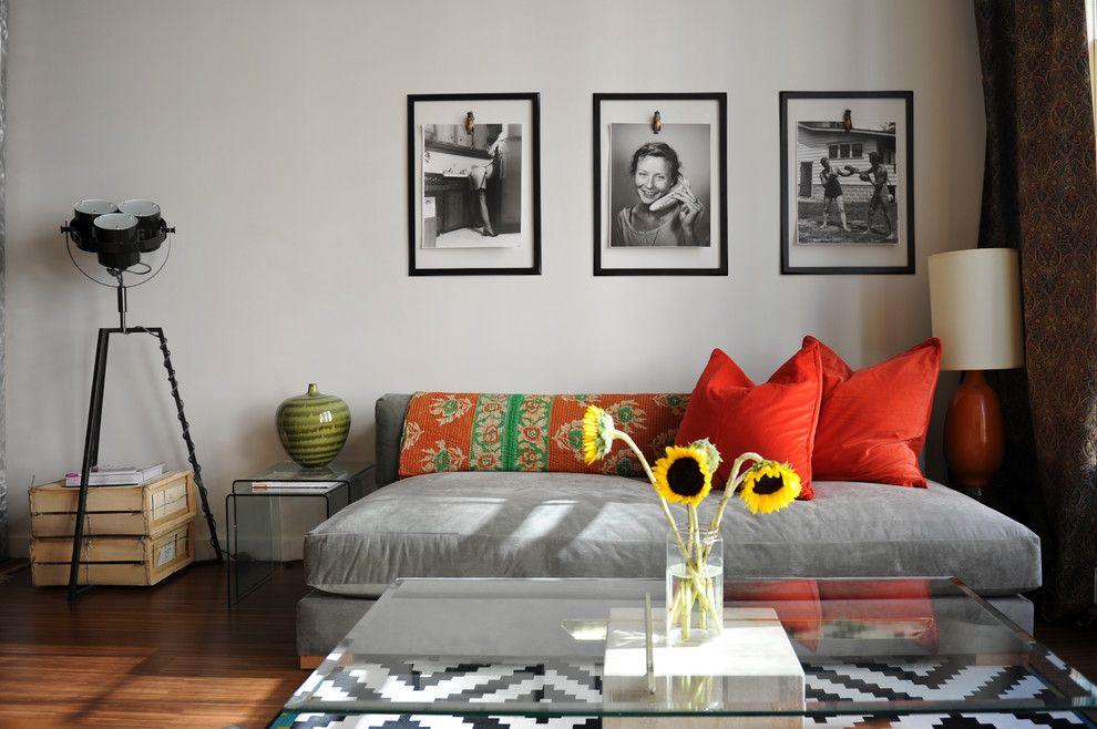 Cadres photo monochromes sur le canapé