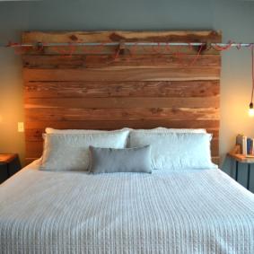 Ampoules sur cordons rouges sur un lit en bois
