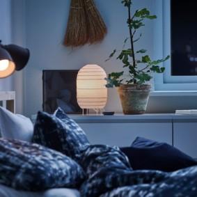 Lampes avec abat-jour en métal sur la tête du lit