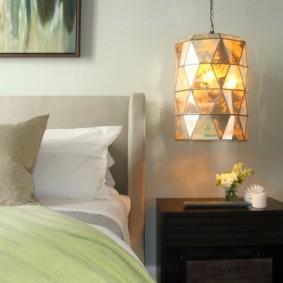 Lampe de nuit suspendue au-dessus de la table de chevet
