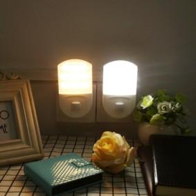 Veilleuses compactes dans les prises sur le mur de la chambre