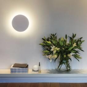 Lune de nuit sur un mur clair