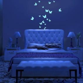 Papillons lumineux sur le mur de la chambre