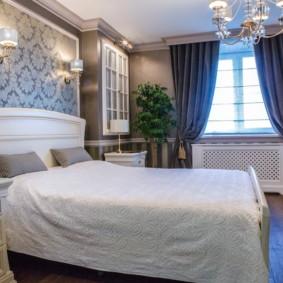 Oreillers gris sur un lit blanc