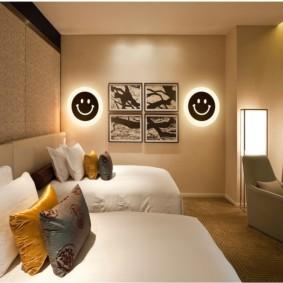 Peintures modulaires dans une chambre avec deux lits