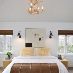 Chambre spacieuse avec petites fenêtres
