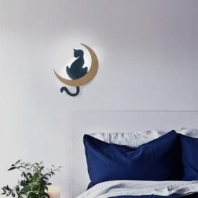 Veilleuse murale avec un chat sur un croissant de lune