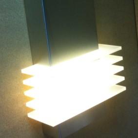 La lumière vive d'une lampe de nuit