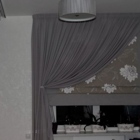 Rideau gris jumelé avec un rideau romain