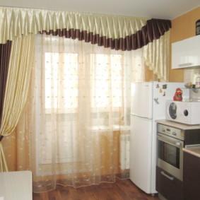 Rideaux avec bandeau à l'intérieur de la cuisine