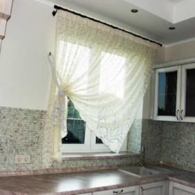 Rideau transparent sur un côté de la fenêtre de la cuisine