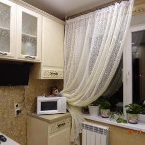 Fleurs d'intérieur sur le rebord de la fenêtre dans la cuisine