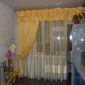 Rideau jaune sur la fenêtre de la cuisine