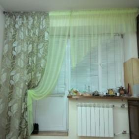 Stores en plastique sur une fenêtre avec un rideau unilatéral