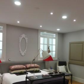 Plafond lisse avec éclairage intégré