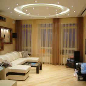 Rideaux bruns dans le hall de l'appartement