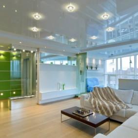 Chambre spacieuse avec plafond blanc