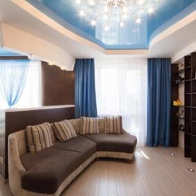 Plafond bleu dans le hall avec rideaux bleus