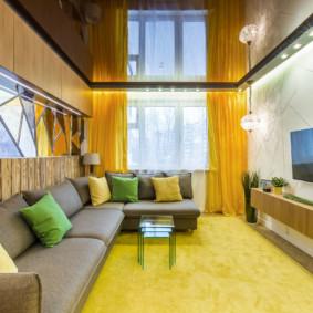 Rideaux jaunes sur la fenêtre du salon