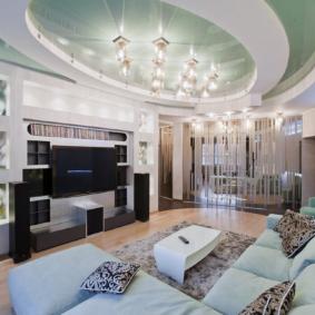 Projecteurs au plafond du salon dans un style moderne