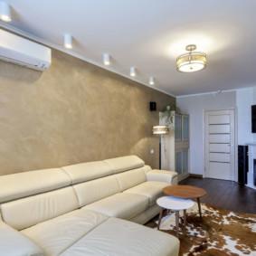 Papier peint en vinyle sur le mur derrière le canapé