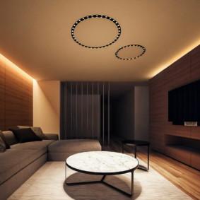 Éclairage romantique dans le plafond du salon