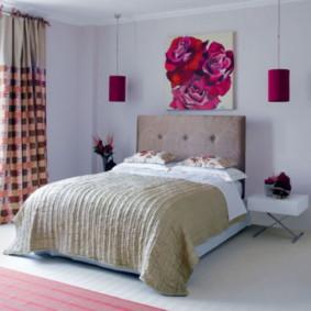 Décor peignant le mur au-dessus du lit