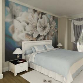 Grandes fleurs sur la peinture murale dans la chambre