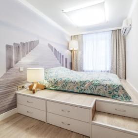 Chambre lumineuse avec un lit passerelle