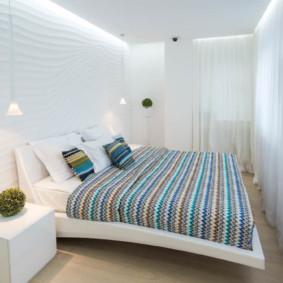 Couvre-lit rayé sur un lit large